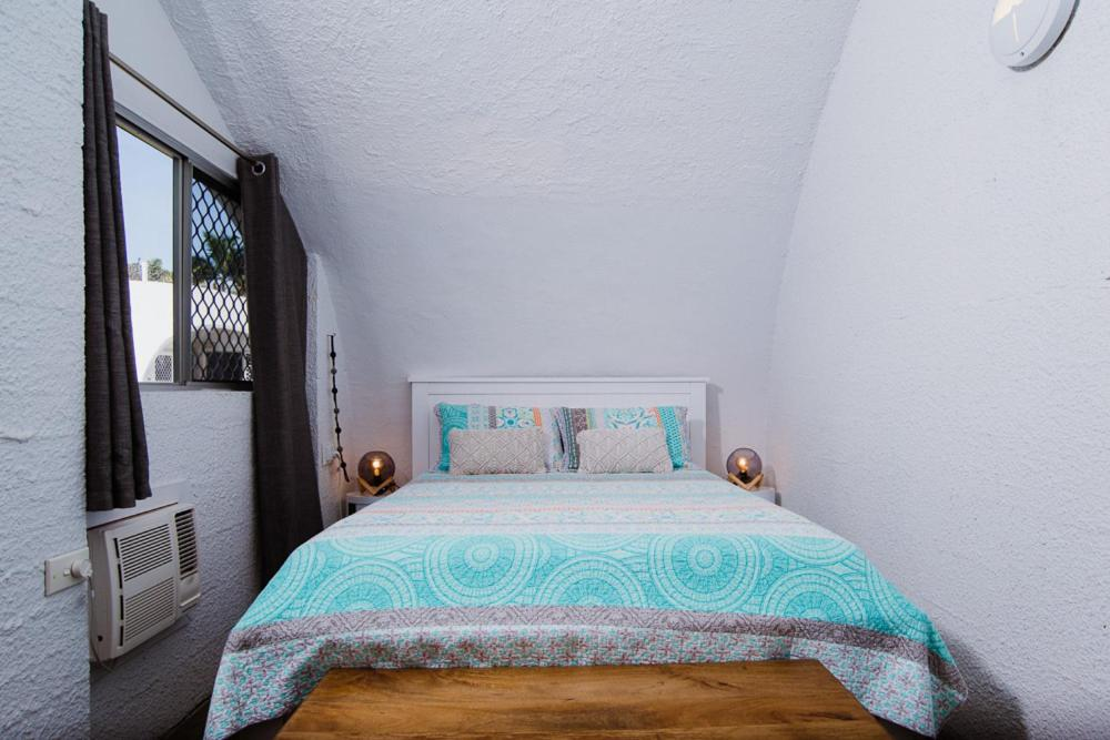 A bed or beds in a room at IGLU BY THE SEA 6 Beachfront Trinity Beach Sleep 6