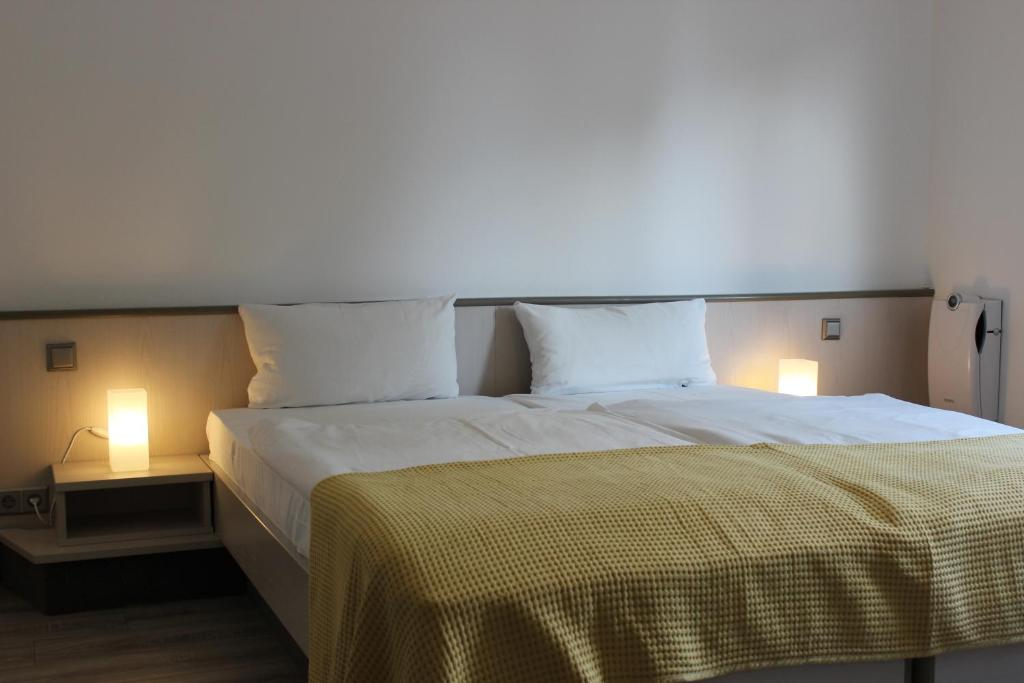 A bed or beds in a room at Motel Airport Schönefeld