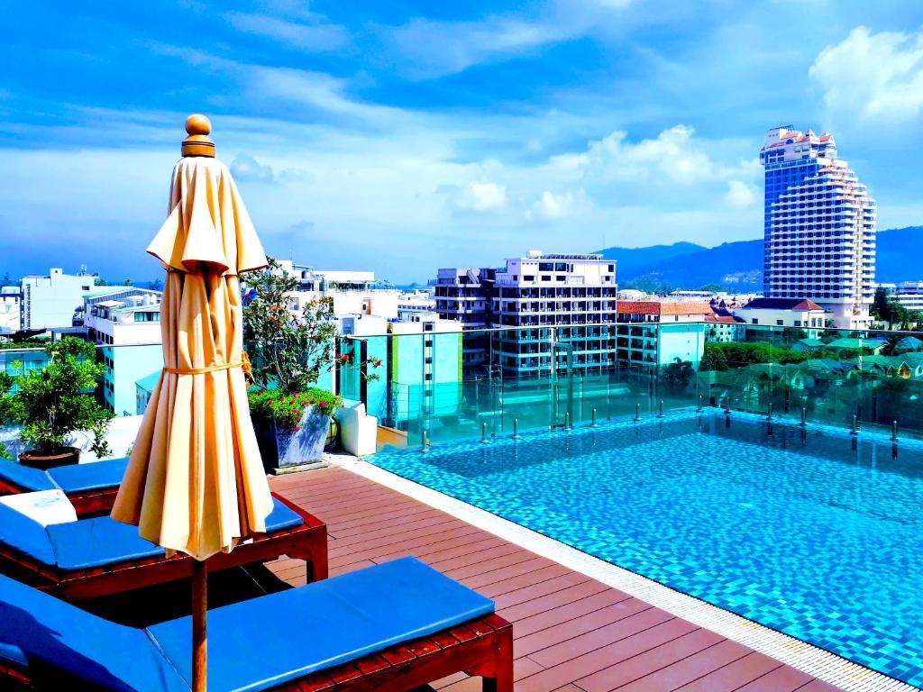 Бассейн в Mirage Express Patong Phuket Hotel или поблизости