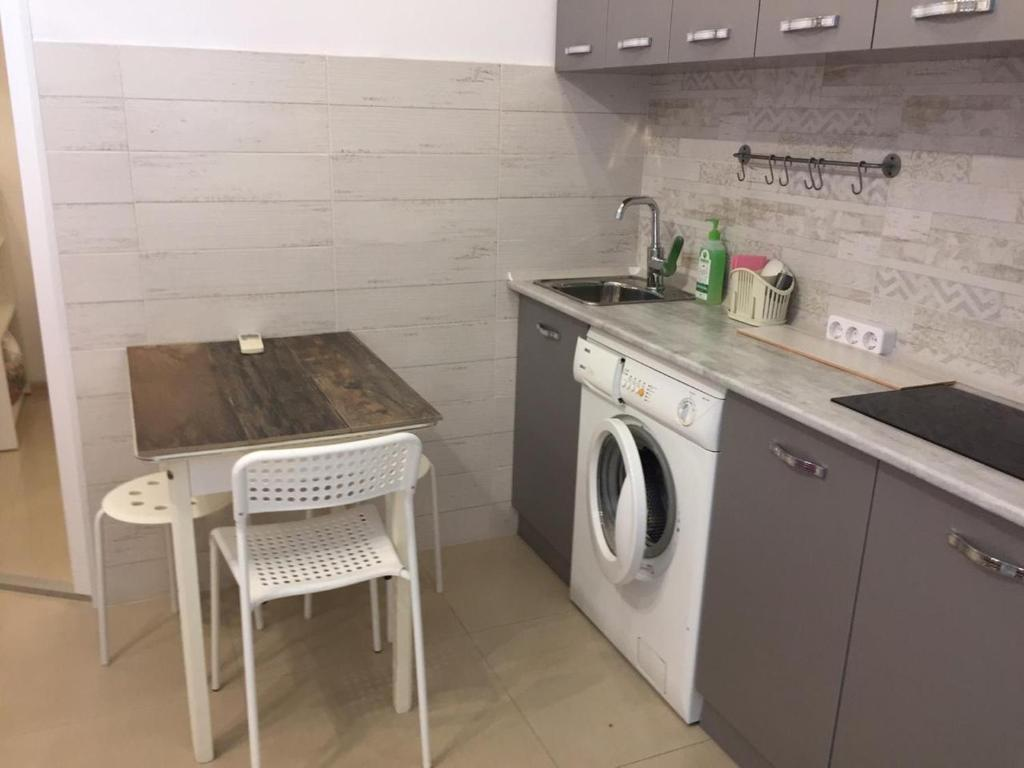 Кухня или мини-кухня в Апартаменты 10 минут от моря