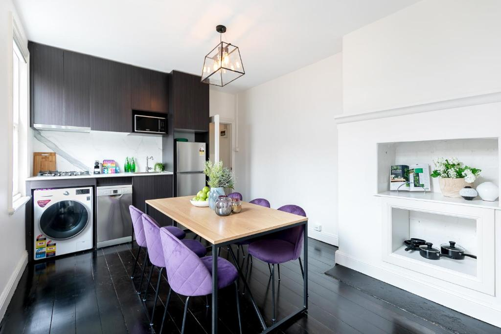 A kitchen or kitchenette at Splendid Designer Flat Walk to Harbour B. & Opera H