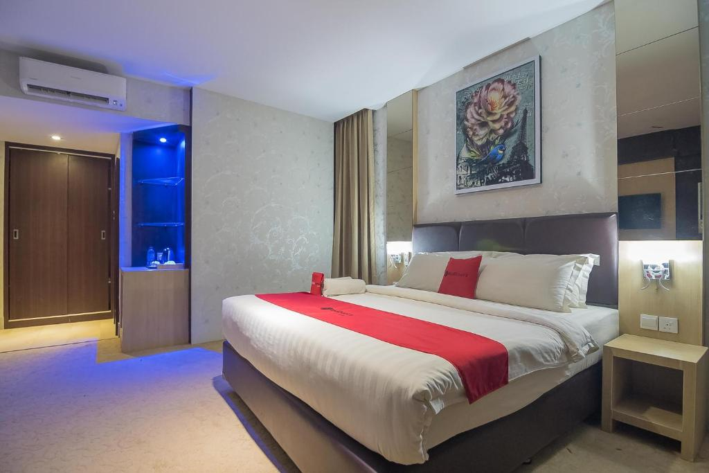 A bed or beds in a room at RedDoorz Premium near Grand Batam Mall