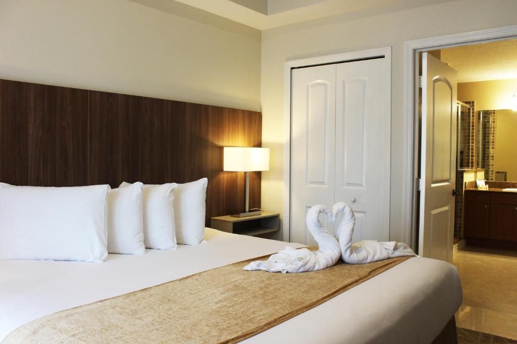 Cama ou camas em um quarto em The Point Hotel & Suites Universal