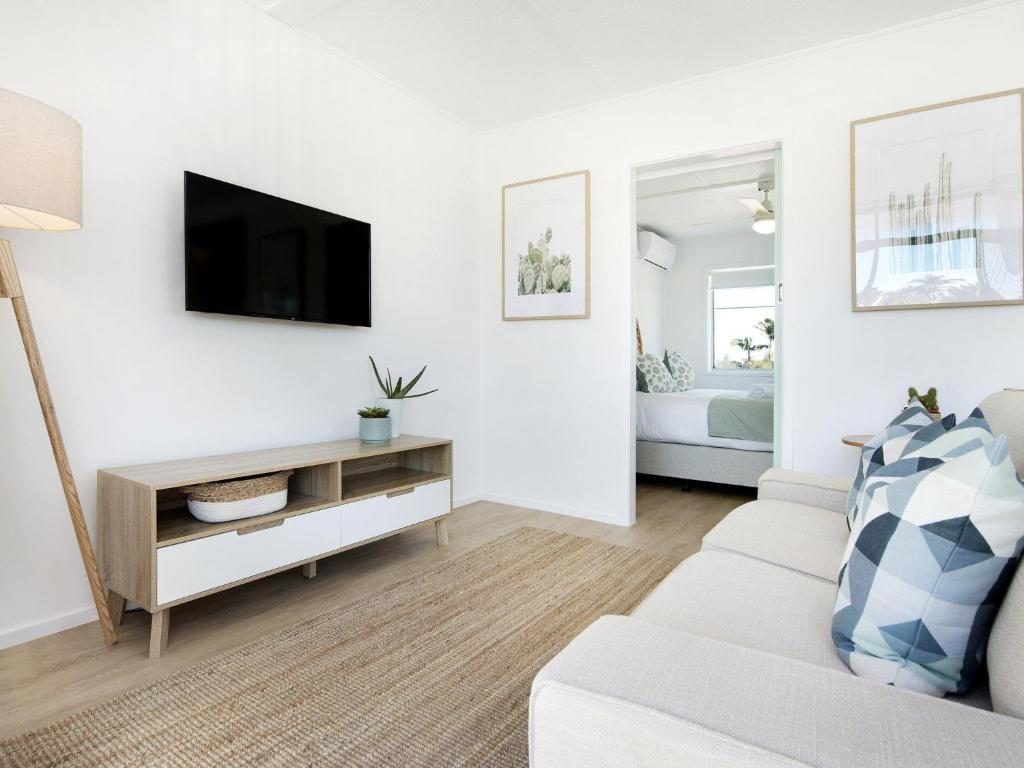 A television and/or entertainment center at Ventura Beach Motel - 1 Bedroom