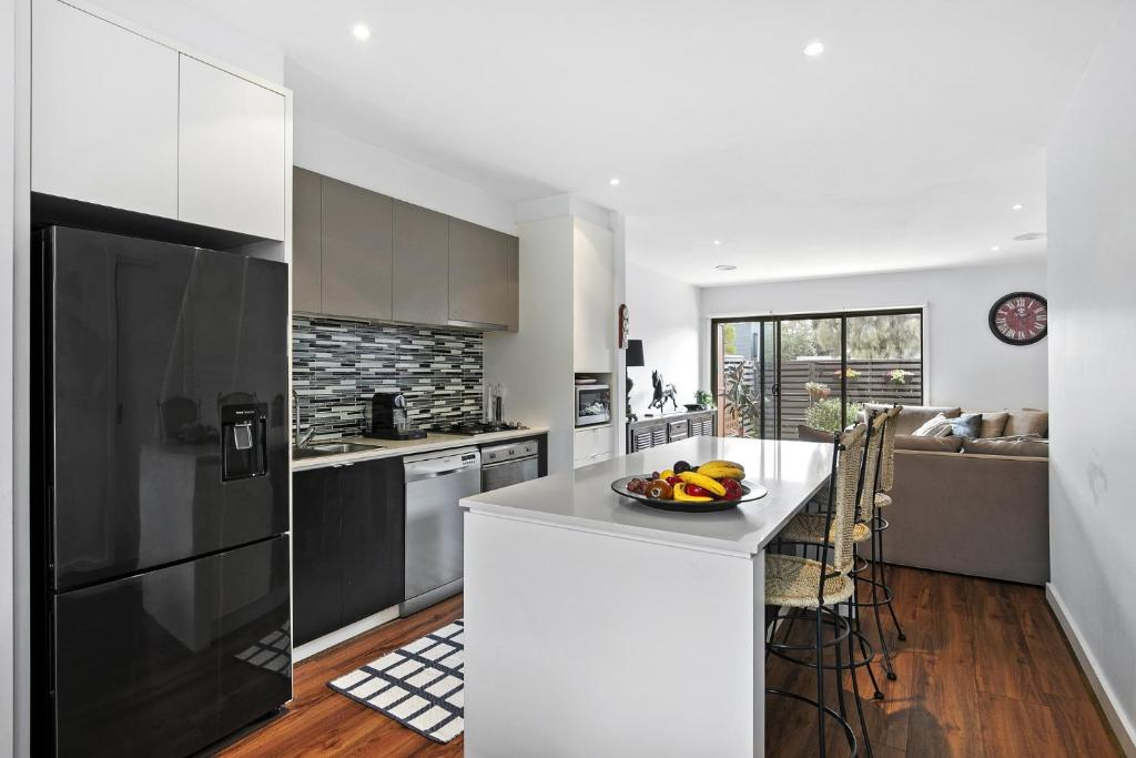 A kitchen or kitchenette at Gorgeous 2 Bedroom Townhouse