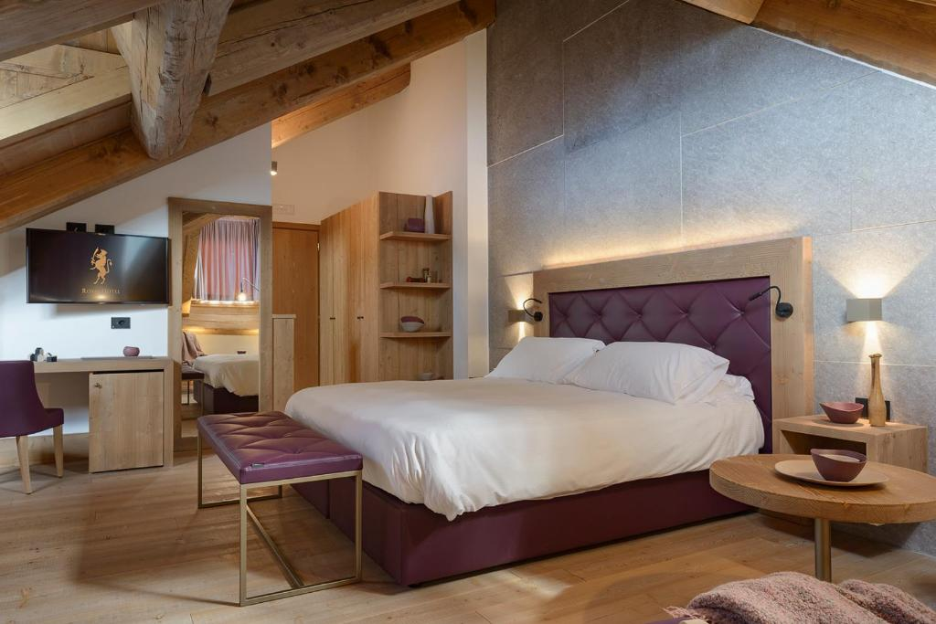 A bed or beds in a room at Royal Hotel Cortina
