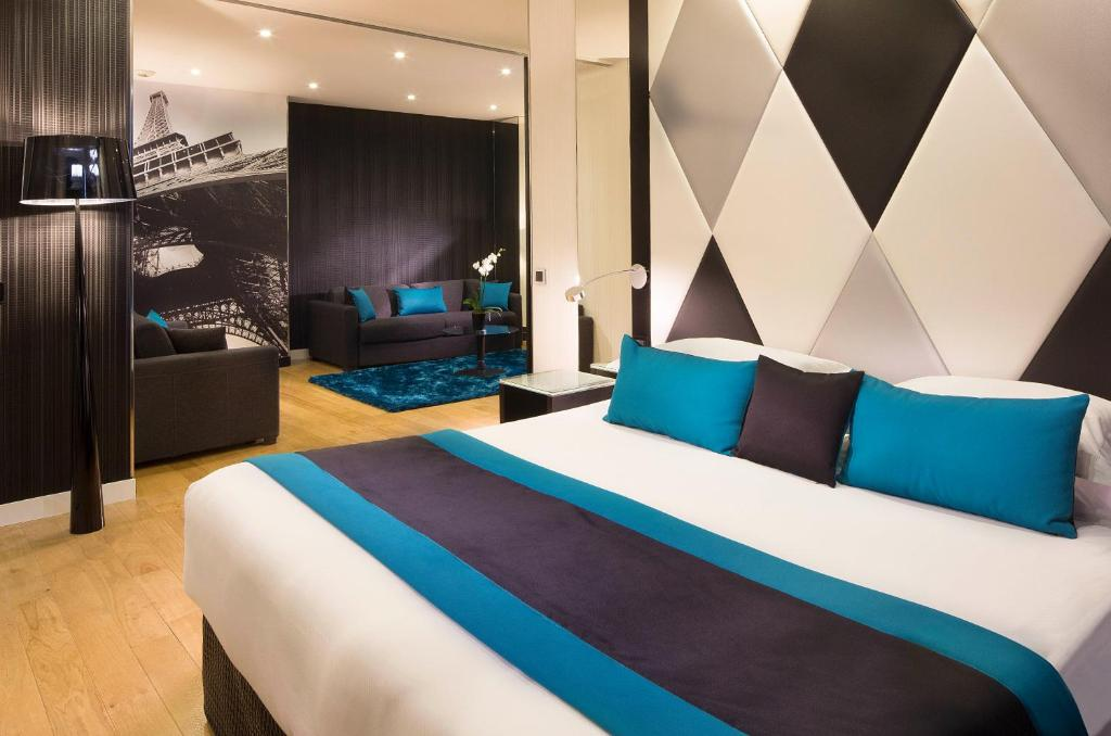 A bed or beds in a room at L'Empire Paris