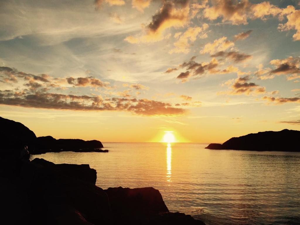 Soloppgangen eller solnedgangen sett fra leiligheten eller i nærheten
