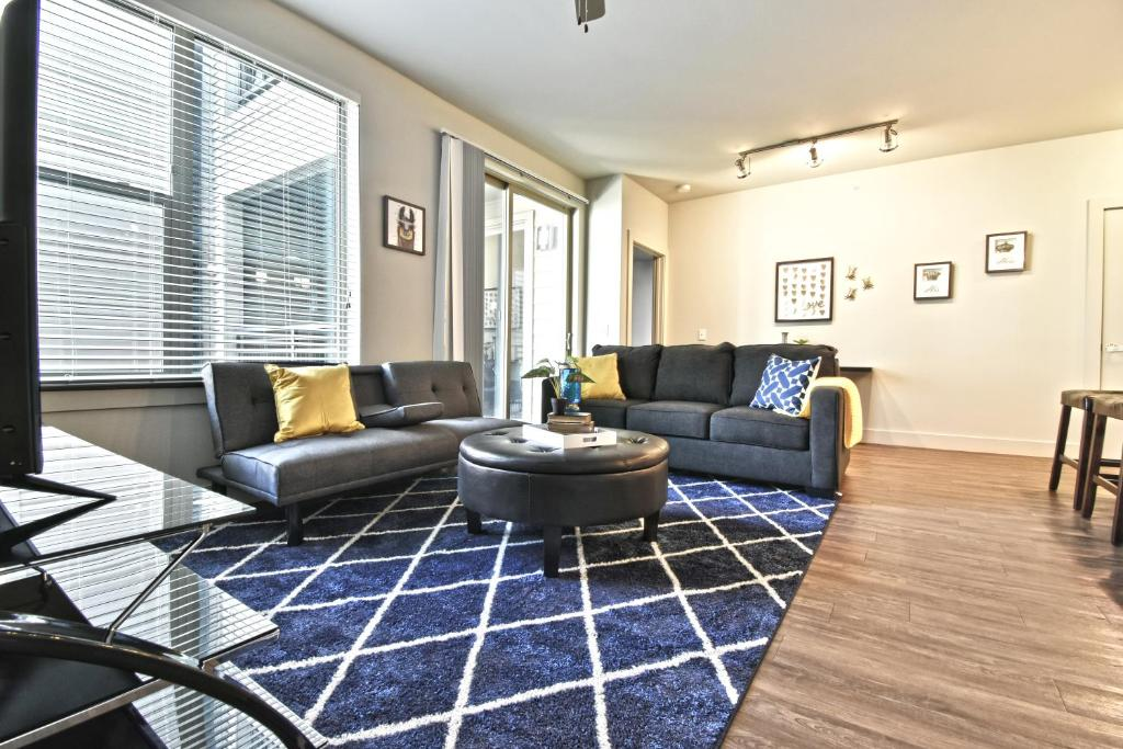 A seating area at GA Living Suites - Knox District Uptown Dallas