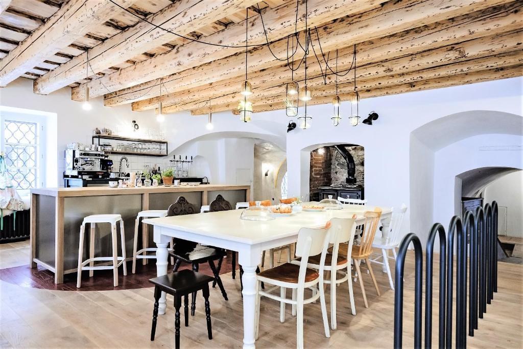 Reštaurácia alebo iné gastronomické zariadenie v ubytovaní Monastery Garden Bistro & Rooms
