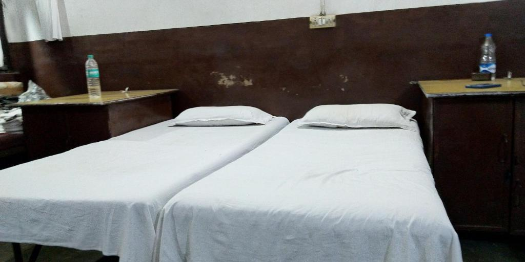 A bed or beds in a room at Bareilly Lodge