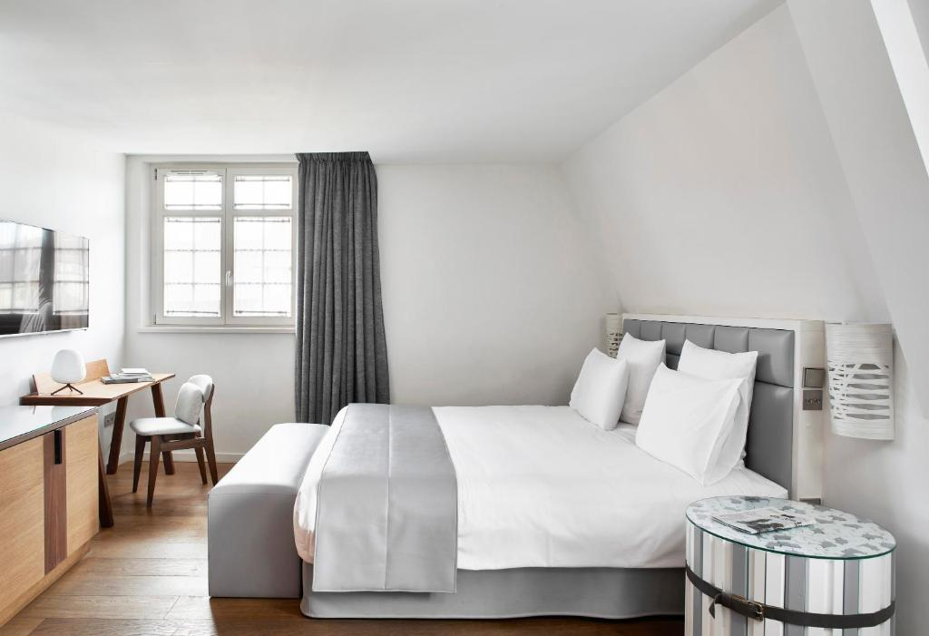 A bed or beds in a room at Pavillon REGENT PETITE FRANCE