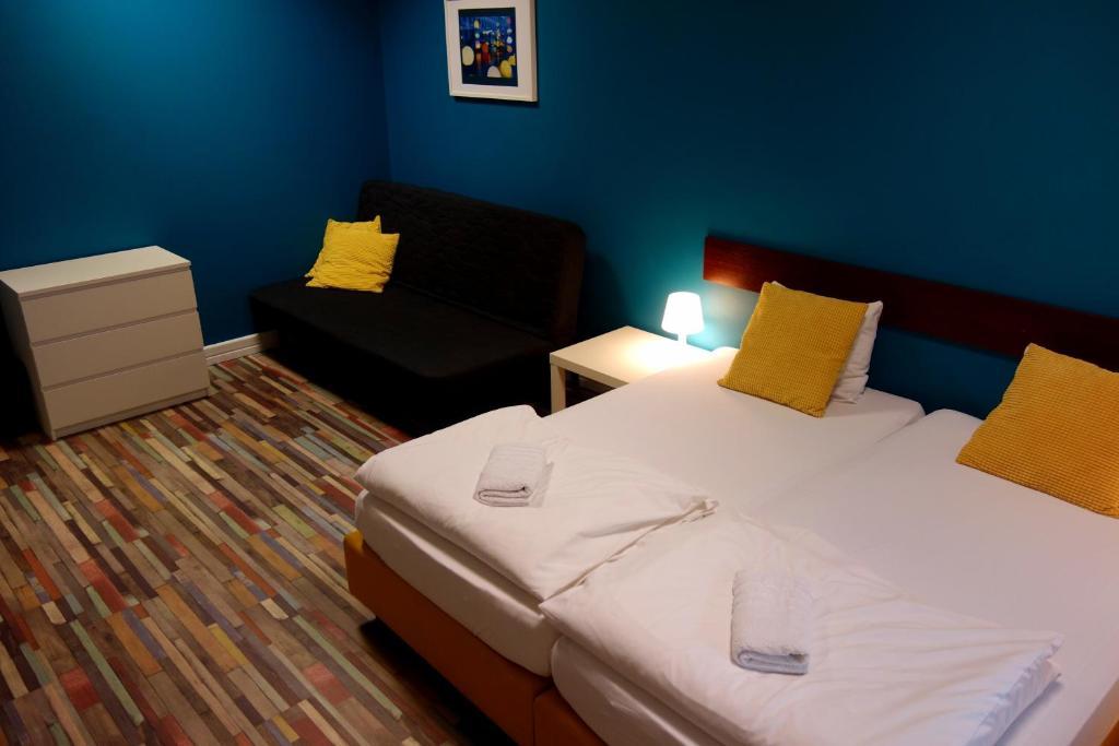 Łóżko lub łóżka w pokoju w obiekcie Hello Hostel & Apartments