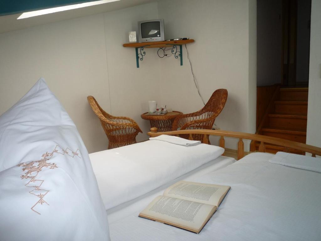 Ein Bett oder Betten in einem Zimmer der Unterkunft biozertifiziertes Hotel Höpfigheimer Hof