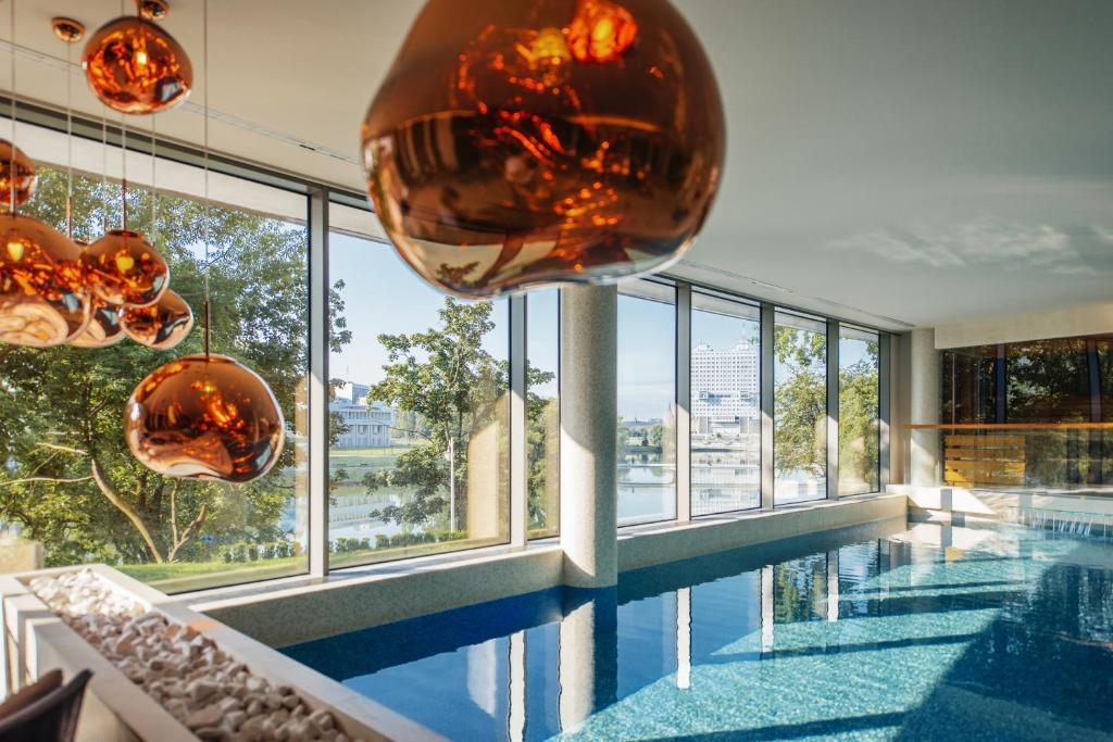 Бассейн в Crystal House Suite Hotel & SPA или поблизости