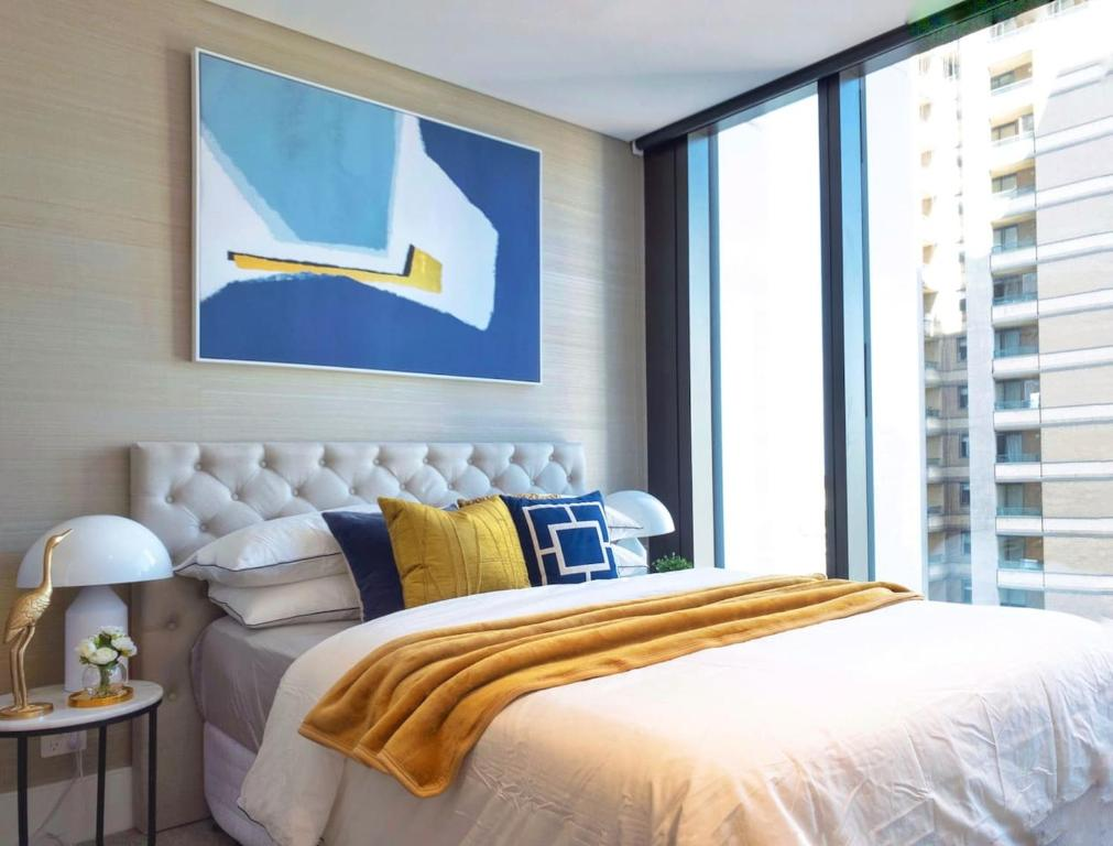 A bed or beds in a room at Luxury & Central En-suite Room-Million Dollar View