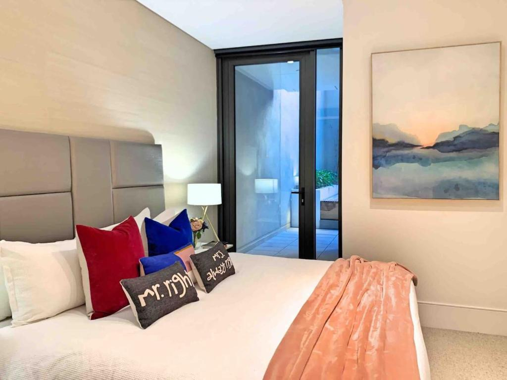 A bed or beds in a room at Luxury Millions Dollar CENTRAL Home-Hyde Park View