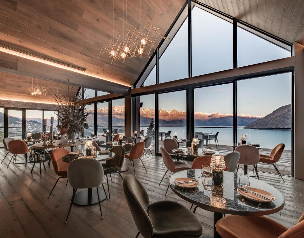 A restaurant or other place to eat at Kamana Lakehouse