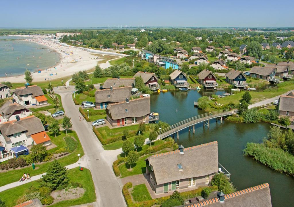 Een luchtfoto van Beach Resort Makkum Bungalows