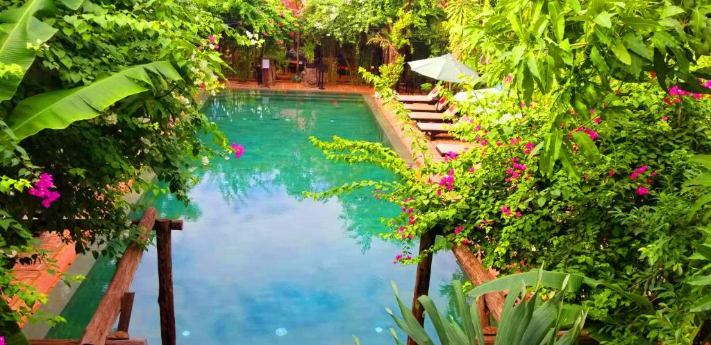 A view of the pool at La Niche D'angkor Boutique Hotel or nearby