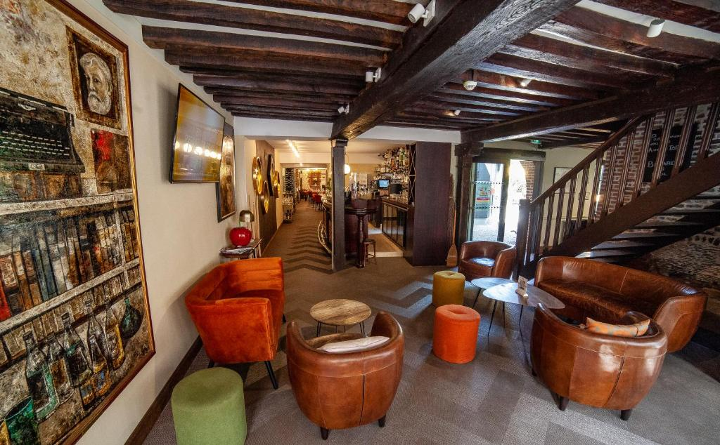 The lobby or reception area at Logis Les Hauts de Montreuil / Le Patio