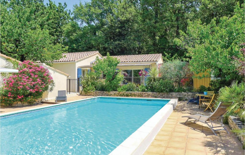 The swimming pool at or near Holiday Home Eyragues Chemin De L'Arenier