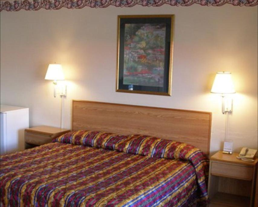 A bed or beds in a room at Red Carpet Inn Starke