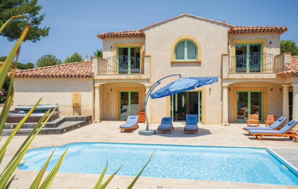 The swimming pool at or near Holiday Home Saint Raphael with Hot Tub I