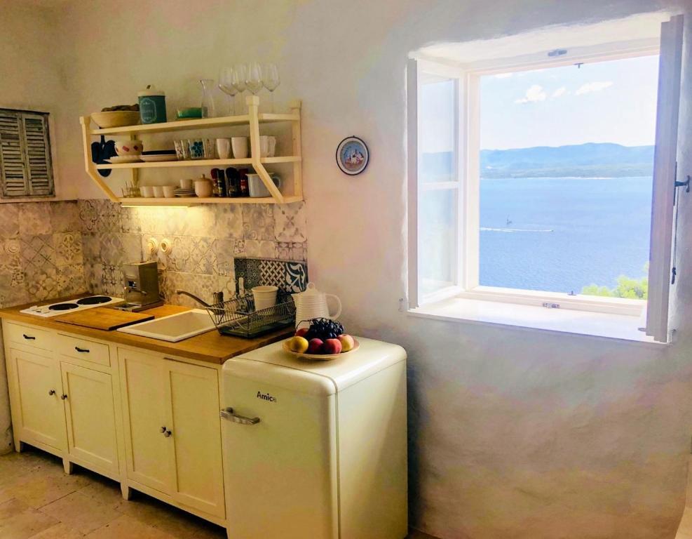 Kuchyň nebo kuchyňský kout v ubytování Traditional island house above the Murvica beach
