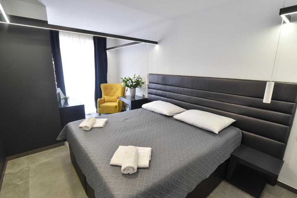 A bed or beds in a room at Mono Apartments & Rooms