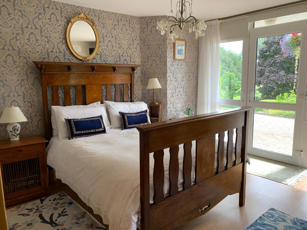 A bed or beds in a room at Clones 'Greenjoy - B&B