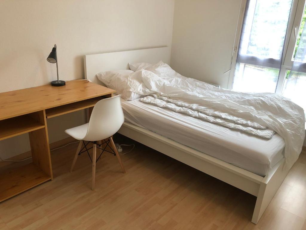 A bed or beds in a room at Une chambre disponible dans un appartement de deux chambres