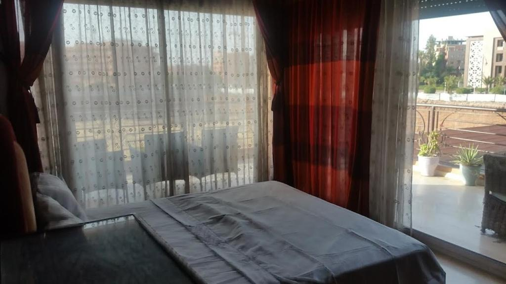 A bed or beds in a room at Appartement avec piscine hivernage