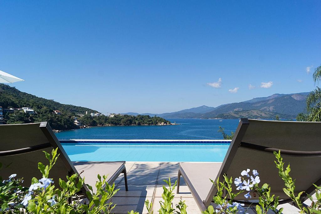 A view of the pool at Casa Triplex em Angra dos Reis or nearby