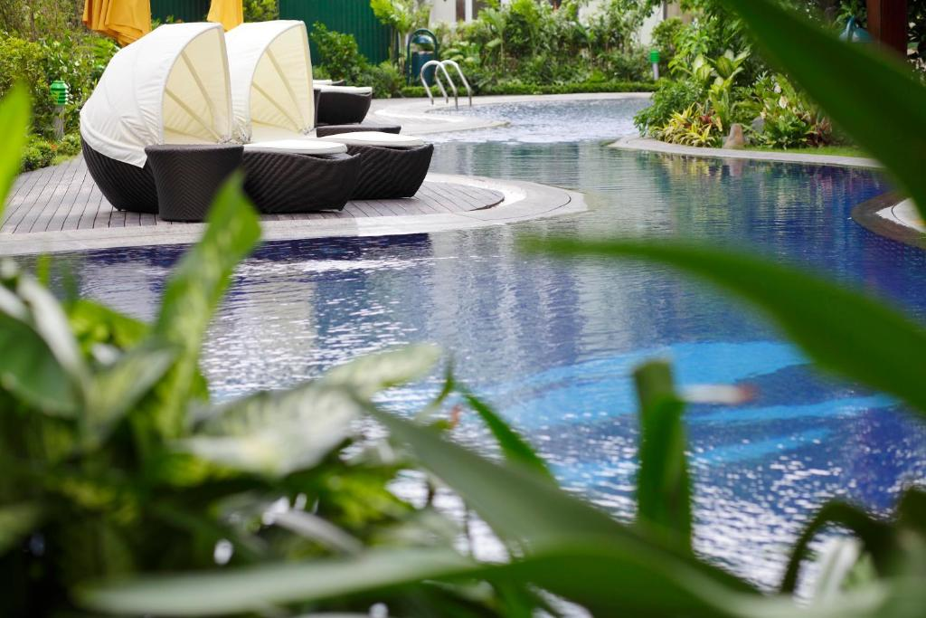 The swimming pool at or close to Fraser Suites Hanoi