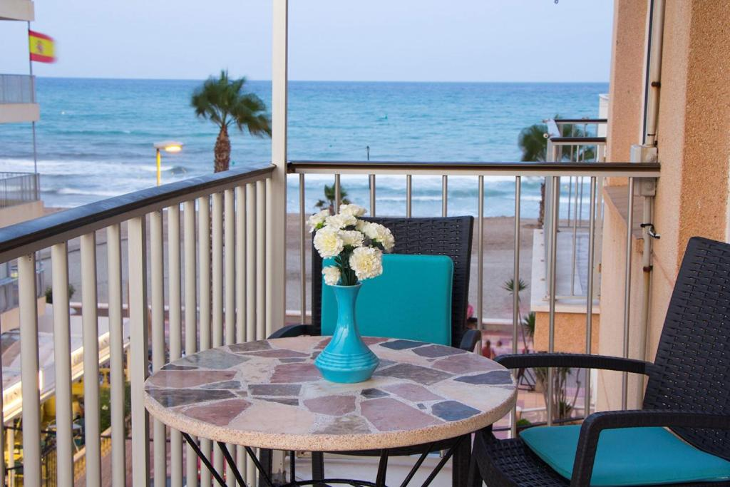 En balkong eller terrass på seafront San Pere apartment