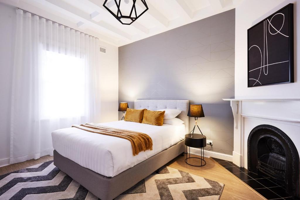 A bed or beds in a room at Renovated Heritage Unit Close To The Rocks
