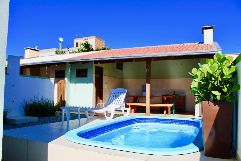 The swimming pool at or close to SOBRADO COM PISCINA EM MARISCAL