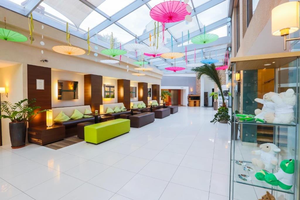 The lobby or reception area at CE Plaza Hotel
