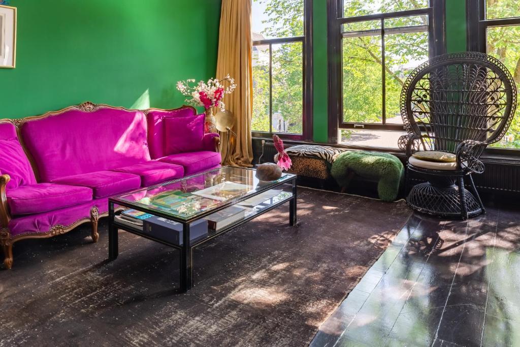 A seating area at Stieglitz Suites