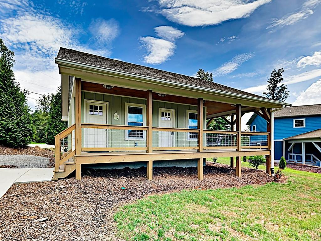 New Listing! New Cottage W/ Deck & Fire Pit Cabin
