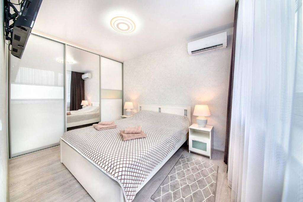 A bed or beds in a room at Apartment on Fastovskaya 29