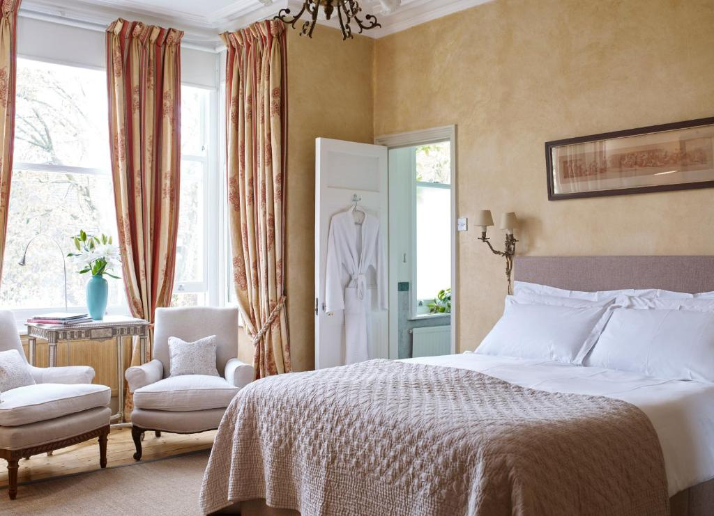 A bed or beds in a room at Mountview Guesthouse Crouch End