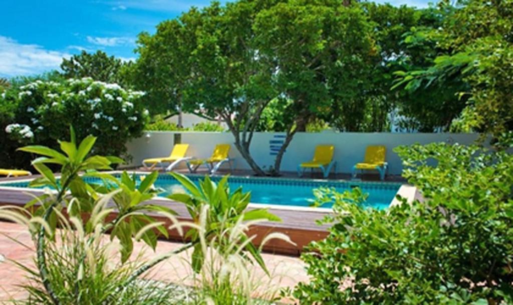 Бассейн в White Beach Apartments Palm Beach или поблизости
