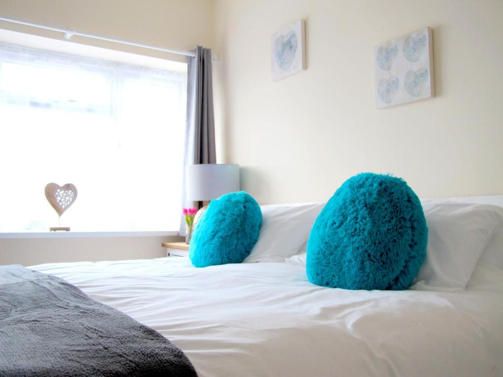 A bed or beds in a room at Stylish House Near Port, Cruise, Transport Links, City Centre