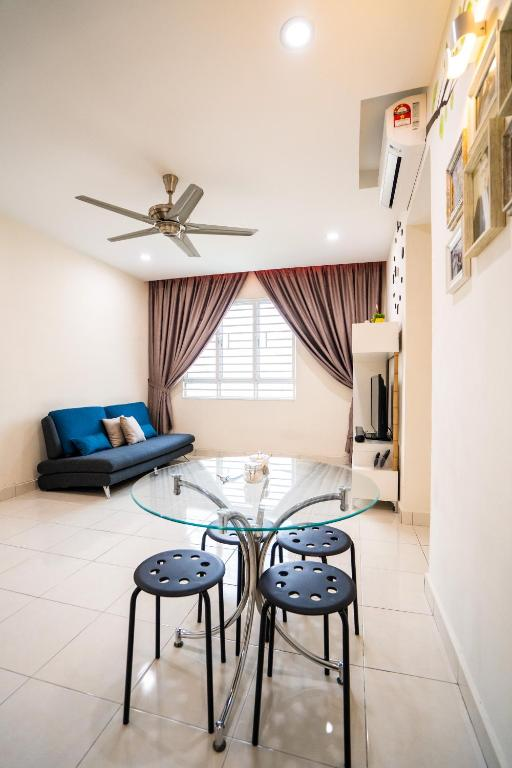 A seating area at 'A'ffordable Spacius Apartment@Penang