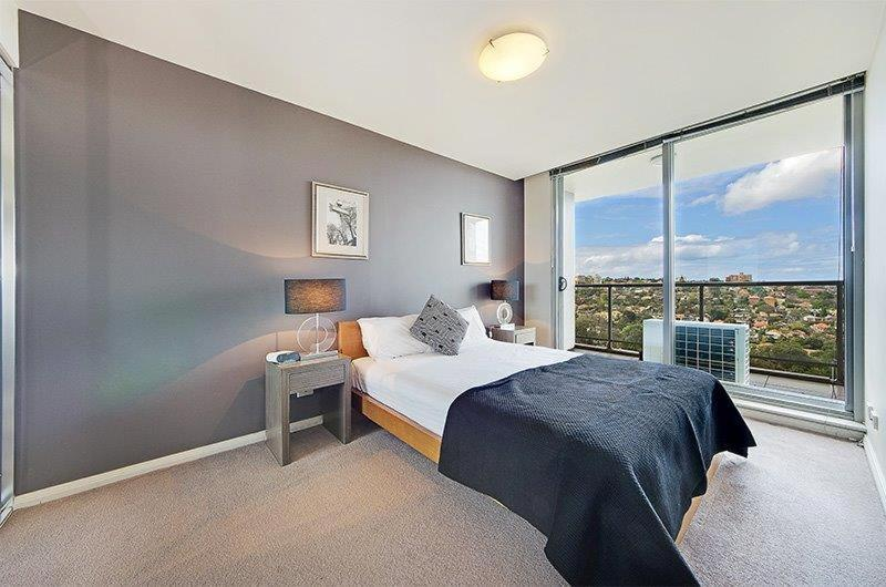 A bed or beds in a room at Wyndel Apartments North Sydney - Harbour Watch