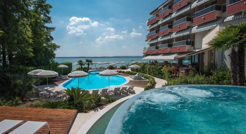 Het zwembad bij of vlak bij Hotel Continental Thermae & Spa