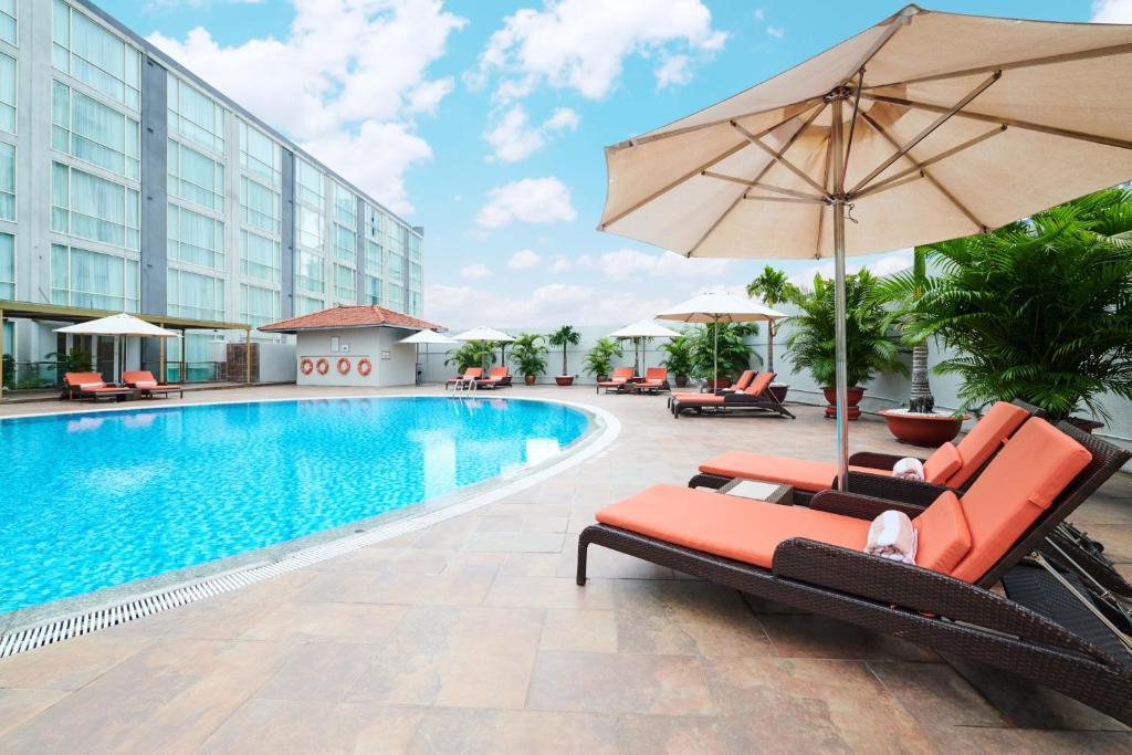 Der Swimmingpool an oder in der Nähe von Eastin Grand Hotel Saigon