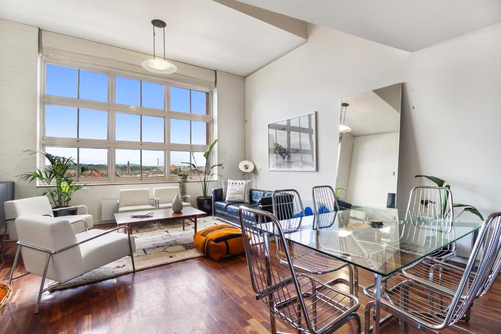 A seating area at Stunning Multilevel Apartment In Hip Neighbourhood